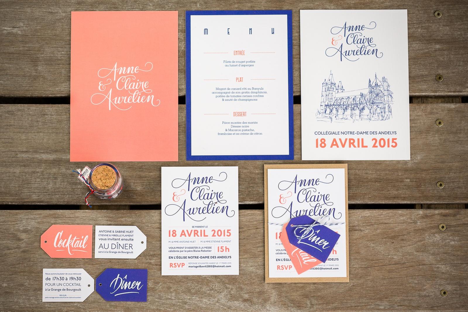 Faire part mariage corail et bleu. Faire part mariage avec calligraphie. Faire part et coupons. Faire part moderne. Faire part sur mesure. Papeterie personnalisée. Les crâneuses