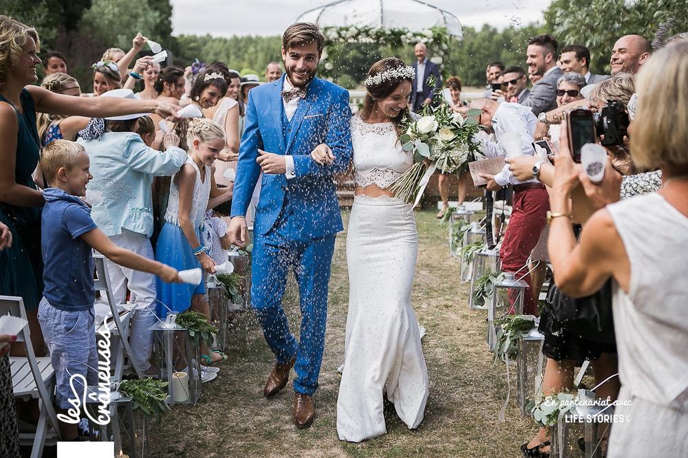 Cérémonie laïque - Sortie des mariés - Lancé de graines de lavande - Les crâneuses - mariage Paris - Domaine de la Butte Ronde