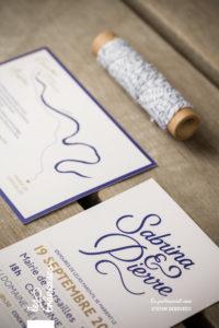 Faire-part bleu et doré - Calligraphie sur mesure - Lettrage mariage - Création graphique - Faire-part moderne - Faire-part original - Baker twine - Les crâneuses