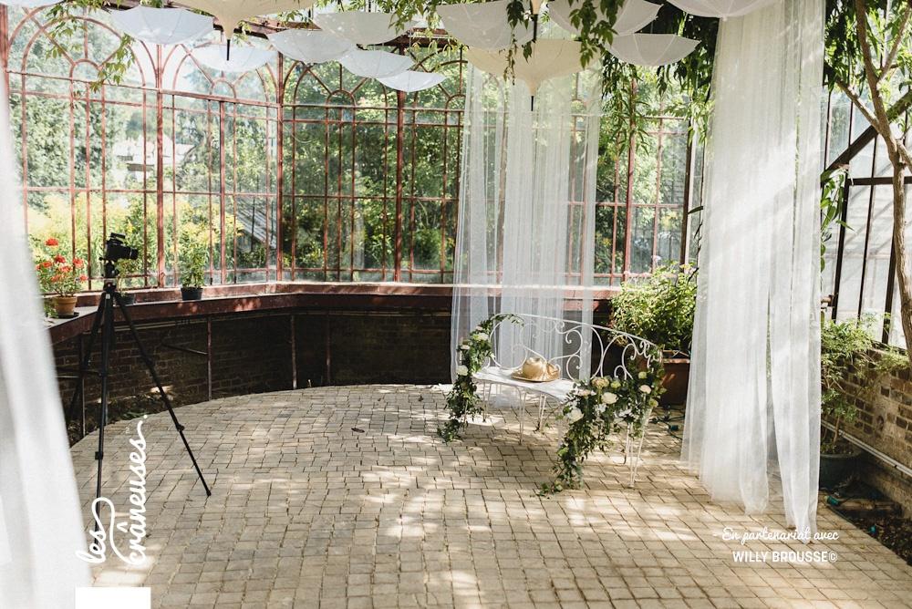 Photobooth mariage - Verrière - Serre - Domaine Verderonne - Décoration mariage - Les crâneuses - Parapluies suspendus - Banc en fer forgé