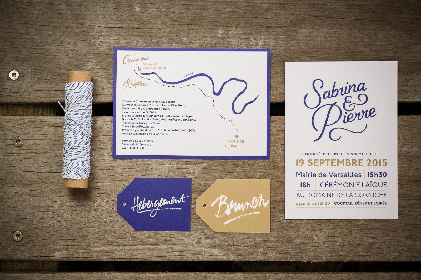 Faire part mariage bleu et doré. Faire part mariage calligraphie. Faire part original. Papeterie personnalisée. faire part sur mesure. Les crâneuses