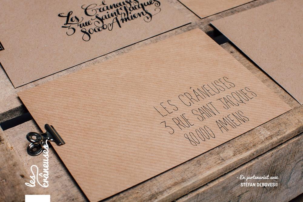 Les crâneuses - Wedding planner - Paris - Lille - Amiens - Enveloppe kraft - Ecriture scripte - Personnalisation enveloppe