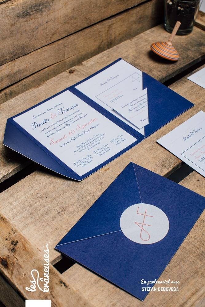 Faire part mariage pochette - Bleu - Bleu Marine - Faire part avec coupons - Faire part à compartiments - Création sur mesure - Fait main - Stickers fermeture fair part - Logo mariage - Les crâneuses