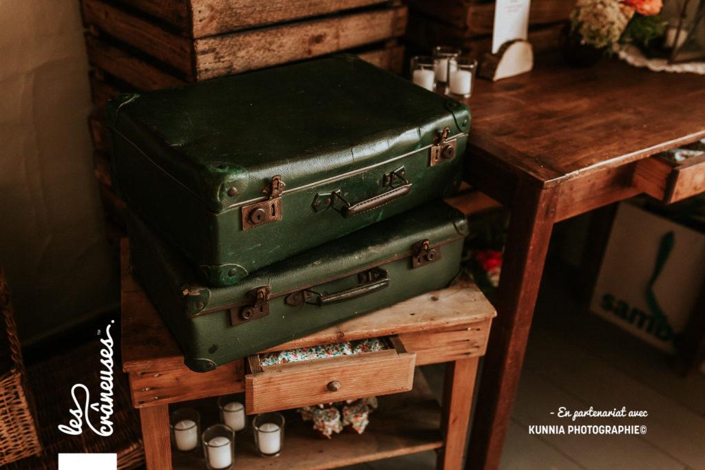 Mariage champêtre - Livre d'or - Tables en bois - Fleurs - Fanions - caisse en bois - lanterne en métal - Décoration - Les crâneuses - Le Thurel