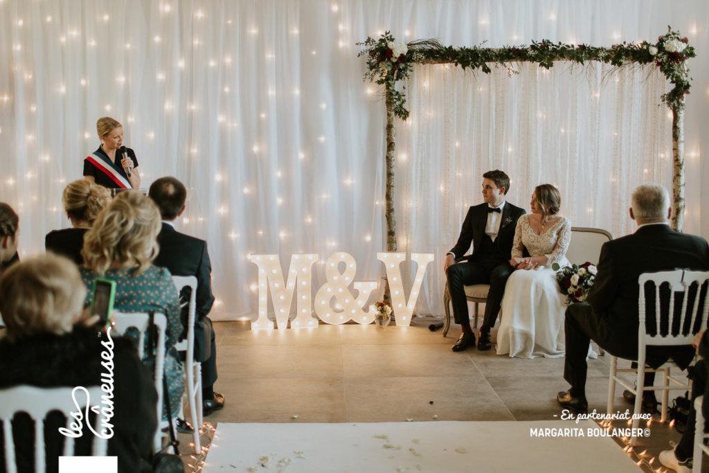 Cérémonie - Mariage - Hiver - Lettre lumineuse - Tapis blanc - décoration cérémonie - Les crâneuses - Château Couturelle