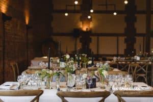 Mariage industriel Domaine De Guerquesalle - Les Crâneuses - bougies - décoration tables - chaises en bois - Les crâneuses - Wedding planner - normandie