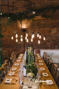 Mariage industriel - Domaine De Guerquesalle - Les Crâneuses - salle réception - guirlandes lumineuses - guinguette - décoration chic - Wedding planner - Table banquet