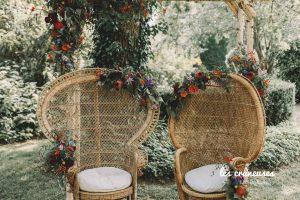 Décoration mariage - cérémonie laïque - Fauteuils emmanuelle - Osier - Fleurs colorées - Les crâneuses