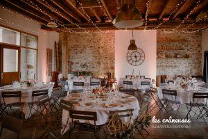 Salle de réception mariage - Décoration poudrée - Chic - Tables rondes - Guirlandes